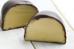 El mazapán cubrió el chocolate Foto de archivo