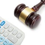 El mazo del juez de madera al lado de la calculadora aseada - tiro ascendente cercano Fotos de archivo libres de regalías