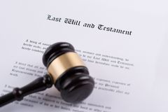 El mazo del juez - el símbolo de la ley sobre el testamento imagenes de archivo