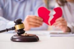 El mazo del juez que decide sobre divorcio de la boda fotografía de archivo libre de regalías
