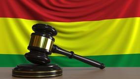 El mazo y el bloque del juez contra la bandera de Bolivia Animaci?n conceptual de la corte boliviana metrajes