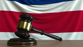 El mazo y el bloque del juez contra la bandera de Costa Rica Animación conceptual de la corte nacional almacen de metraje de vídeo