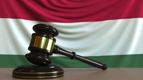 El mazo y el bloque del juez contra la bandera de Hungría Animación conceptual de la corte húngara metrajes