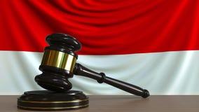 El mazo y el bloque del juez contra la bandera de Indonesia Animación conceptual de la corte indonesia almacen de video