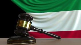 El mazo y el bloque del juez contra la bandera de Kuwait Animación conceptual de la corte kuwaití metrajes