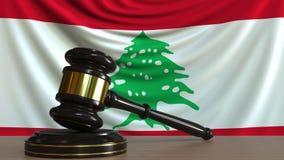 El mazo y el bloque del juez contra la bandera de Líbano Animación conceptual de la corte libanesa almacen de video