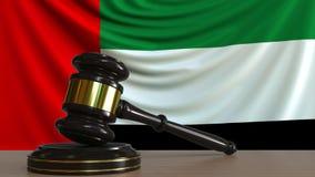 El mazo y el bloque del juez contra la bandera de los United Arab Emirates Los UAE cortejan la animación conceptual stock de ilustración