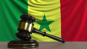 El mazo y el bloque del juez contra la bandera de Senegal Animación conceptual de la corte senegalesa almacen de video