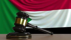 El mazo y el bloque del juez contra la bandera de Sudán Animación conceptual de la corte sudanesa ilustración del vector