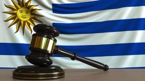 El mazo y el bloque del juez contra la bandera de Uruguay Animación conceptual de la corte uruguaya stock de ilustración