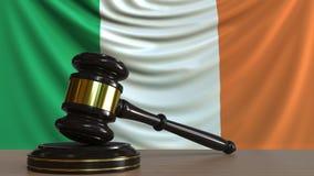 El mazo y el bloque del juez contra la bandera del Irlanda Animación conceptual de la corte irlandesa stock de ilustración