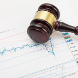 El mazo y la calculadora del juez de madera sobre la carta del mercado de acción - tiro ascendente cercano Foto de archivo