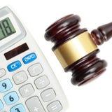 El mazo y la calculadora del juez - el estudio ascendente cercano tiró sobre blanco Fotos de archivo