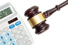 El mazo y la calculadora del juez Estudio tirado sobre blanco Foto de archivo