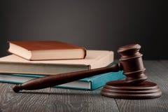 El mazo y los libros del juez foto de archivo libre de regalías
