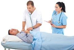 El médico evalúa al paciente enfermo en hospital Imagen de archivo