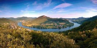 El meandro nombró Porta Bohemica en valle del río europeo Elba cuando los viewes del puesto de observación de los kamen de Mlynar Fotografía de archivo