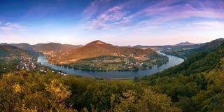 El meandro nombró Porta Bohemica en valle del río europeo Elba cuando los viewes del puesto de observación de los kamen de Mlynar Imagen de archivo