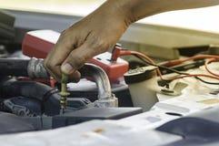 El mecánico de automóviles utiliza la mano del motor de comprobación o de fijación del técnico imágenes de archivo libres de regalías