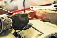 El mecánico de la capilla de una reparación del coche Fotografía de archivo