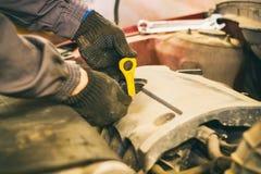 El mecánico de la capilla de una reparación del coche Imágenes de archivo libres de regalías