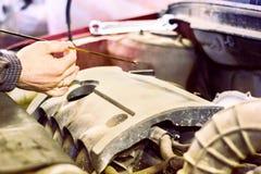 El mecánico de la capilla de una reparación del coche Imagenes de archivo