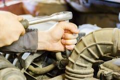 El mecánico de la capilla de una reparación del coche Fotografía de archivo libre de regalías