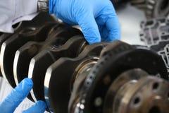 El mecánico del centro de servicio para la reparación del motor considera Fotos de archivo