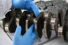 El mecánico del centro de servicio para la reparación del motor considera Fotografía de archivo libre de regalías