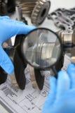 El mecánico del centro de servicio para la reparación del motor considera Fotos de archivo libres de regalías