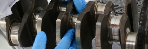 El mecánico del centro de servicio para la reparación del motor considera Fotografía de archivo