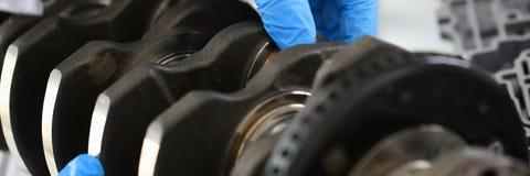 El mecánico del centro de servicio para la reparación del motor considera Foto de archivo libre de regalías