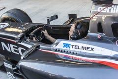 El mecánico en la carlinga del coche Imagen de archivo