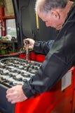 El mecánico prueba el ácido de batería foto de archivo libre de regalías
