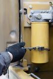 El mecánico substituyó el filtro de aceite para la filtración fina del aceite de motor por mantenimiento estacional Imagenes de archivo