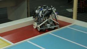 El mecánico Toy Robot Moves y gira la plataforma almacen de metraje de vídeo