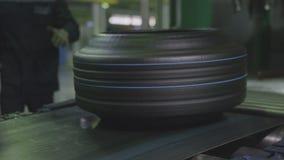 El mecanismo baja al trabajador del neumático pone al primer del almacenamiento almacen de video
