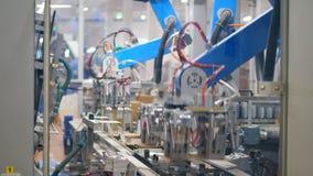 El mecanismo de la fábrica está haciendo los paquetes del cartón Equipo moderno de la f?brica metrajes