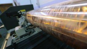 El mecanismo de la impresión en el papel pintado Prensa digital moderna Eje para imprimir la impresión en el papel pintado almacen de metraje de vídeo