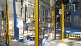 El mecanismo potente coge y levanta la plataforma del metal por el brazo almacen de metraje de vídeo