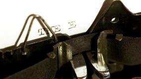 El mecanografiar con la máquina de escribir vieja almacen de metraje de vídeo