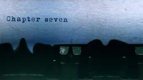 El mecanografiar de la palabra del capítulo siete se centró en la hoja de papel en viejo audio de la máquina de escribir