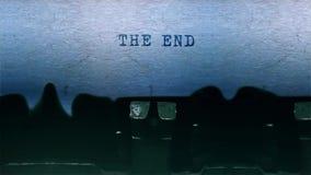El mecanografiar de la palabra del final se centró en una hoja de papel en viejo audio de la máquina de escribir metrajes
