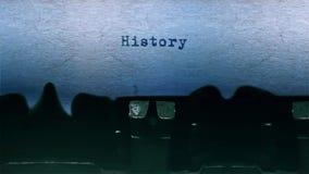 El mecanografiar de la palabra de la historia se centró en una hoja de papel en viejo audio de la máquina de escribir