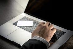 El mecanografiar de mentira del teclado y de la mano de ordenador de la tarjeta electrónica blanca del golpe fuerte del primer Fotos de archivo libres de regalías