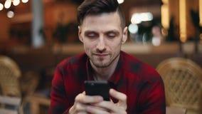 El mecanografiar del hombre rápido en el teléfono almacen de metraje de vídeo