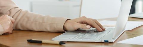 El mecanografiar en el ordenador Imagen de archivo libre de regalías