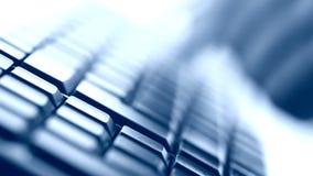 El mecanografiar en el teclado almacen de metraje de vídeo