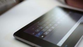 El mecanografiar en la tableta digital almacen de video