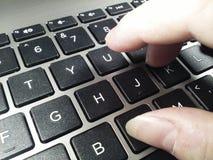 El mecanografiar en el teclado de ordenador Foto de archivo libre de regalías